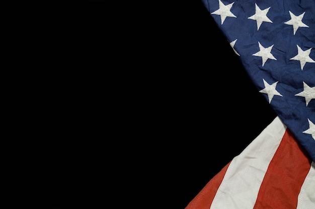Perto de acenando a bandeira americana nacional dos eua em fundo preto. Foto Premium