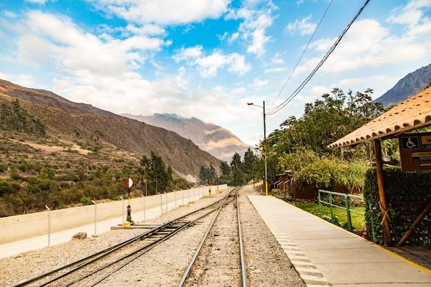 Peru, estação de trem em ollantaytambo, ruínas do inca de pinkulluna no vale sagrado nos andes peruanos. Foto Premium