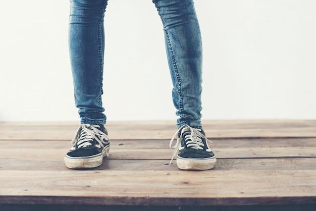 Pés com calças e sapatos azuis Foto gratuita