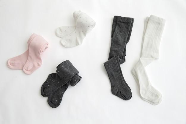 Pés de bebê em meias Foto Premium