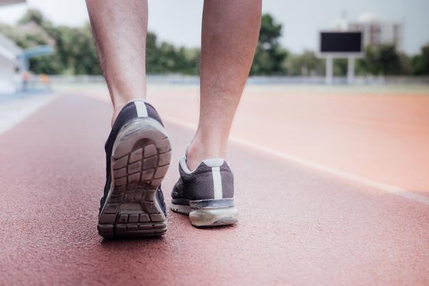 Pés de corredor de atleta correndo na pista de estrada Foto Premium