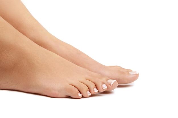 Pés descalços femininos. conceito de pedicure Foto gratuita