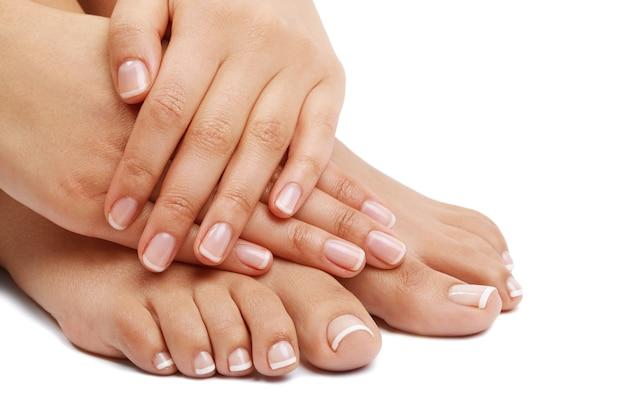 Pés e mãos descalços. conceito de pedicure e manicure Foto gratuita