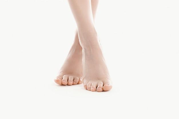 Pés femininos nus, conceito de cuidados do corpo de pele Foto gratuita
