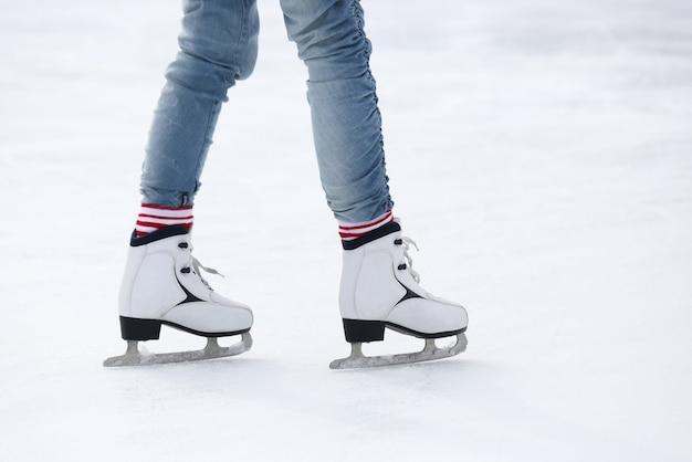 Pés patinando na pista de gelo Foto Premium