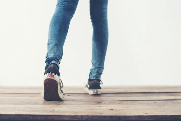 Pés que andam para trás e sapatos azuis Foto gratuita