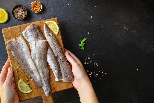 Pescada crua de peixe (conjunto de ingredientes para cozinhar) Foto Premium