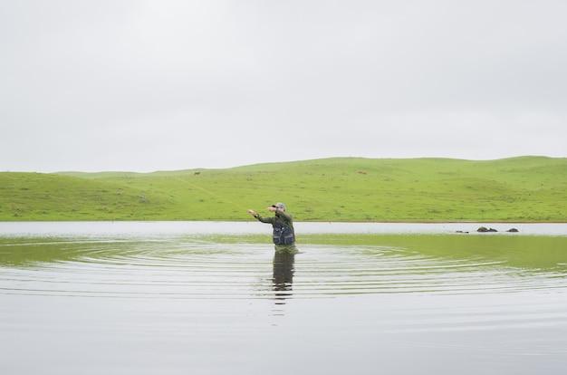 Pescador de robalo pescando com mosca Foto Premium