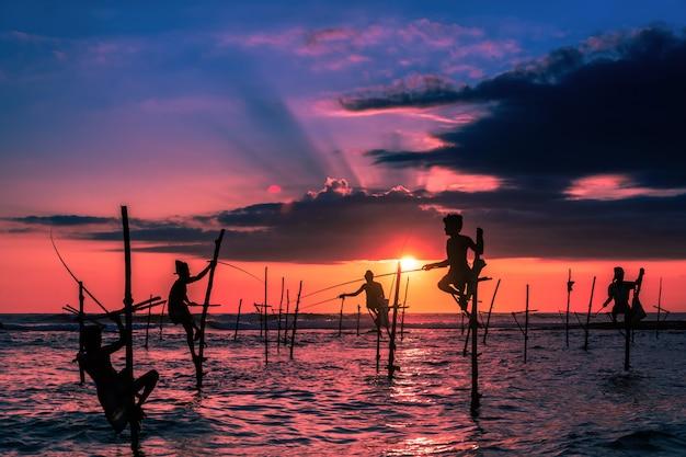 Pescador tradicional de palafitas no sri lanka Foto Premium