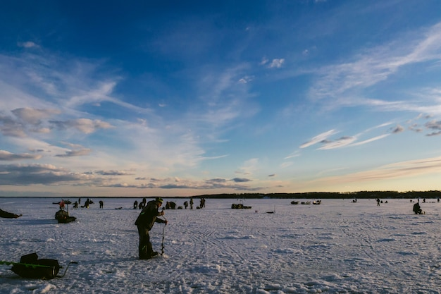 Pescadores pescando no inverno no gelo Foto Premium