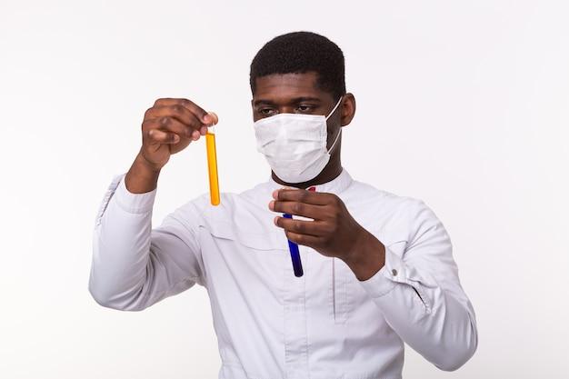 Pesquisador médico segurando o tubo de ensaio com líquido. Foto Premium