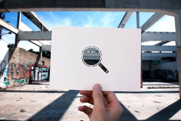 Pesquisando a descoberta de papel perfurado lupa Foto gratuita