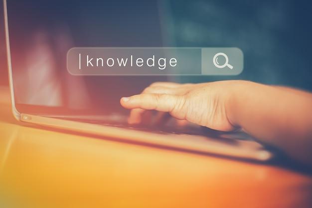 Pesquisando a rede de informação de dados de internet de navegação e o conceito de educação Foto Premium