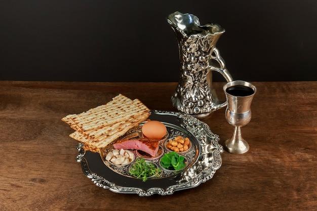 Pessach ainda-vida com vinho e matzoh pão de páscoa judaica Foto Premium