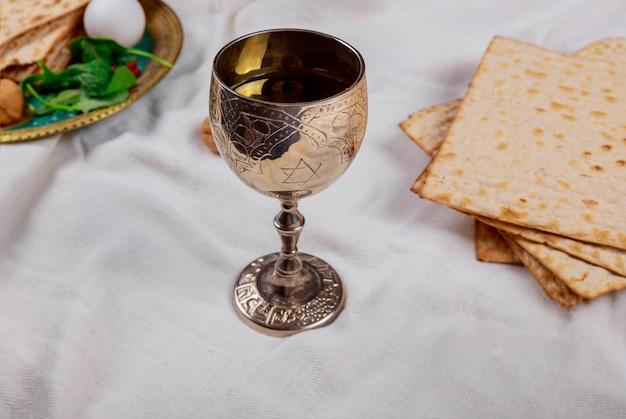 Pessach símbolos de páscoa de grande feriado judaico. matzoh tradicional Foto Premium