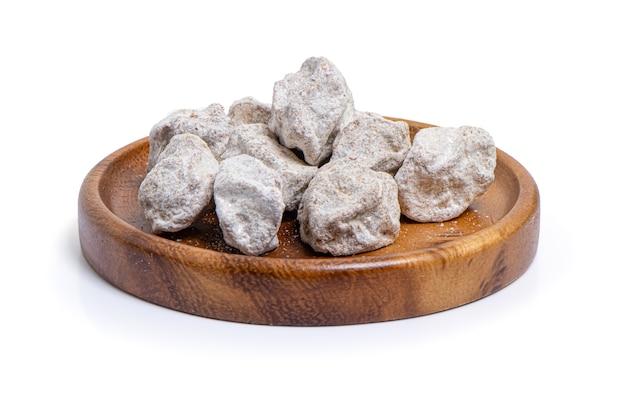 Pêssego salgado seco, ameixa chinesa, damasco japonês, isolado no fundo branco com traçado de recorte. Foto Premium
