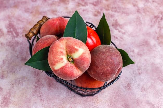 Pêssegos, nectarinas e pêssegos de figo Foto gratuita