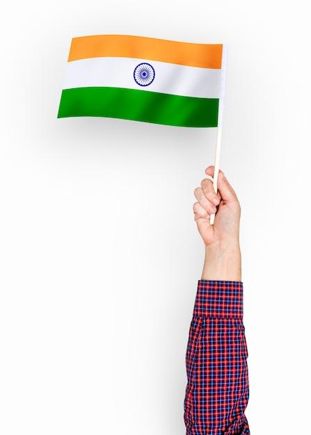 Pessoa acenando a bandeira da república da índia Foto gratuita