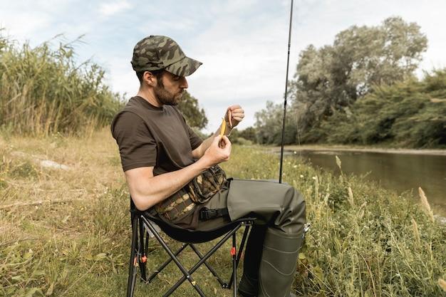 Pessoa, afixando, um, anzol peixe Foto gratuita