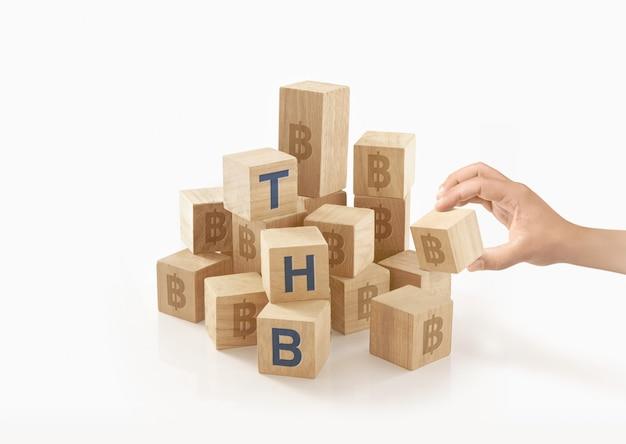 Pessoa brincando com madeira para blocos Foto Premium