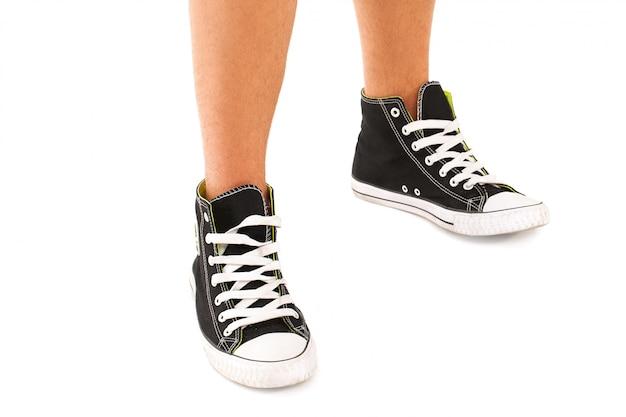 Pessoa com tênis pretos Foto gratuita