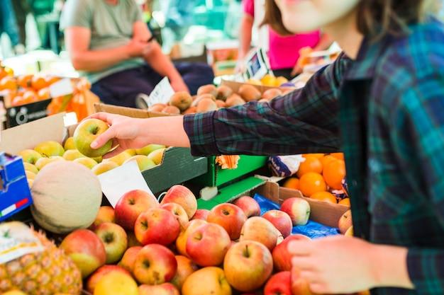 Pessoa, comprando, frutas legumes Foto gratuita