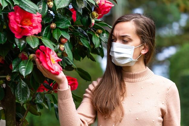 Pessoa de alergia na máscara está sofrendo de alergias. reação alérgica sazonal ao pólen e à floração. conceito de alergia Foto Premium