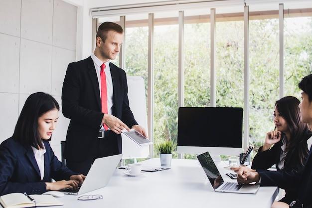 Pessoa de analistas de mercado usar laptop para planejamento e brain storming com negócios de marketing p Foto Premium