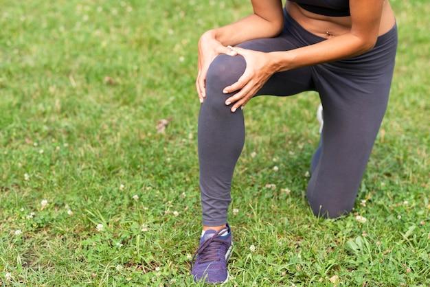 Pessoa de close-up com dor no joelho Foto gratuita