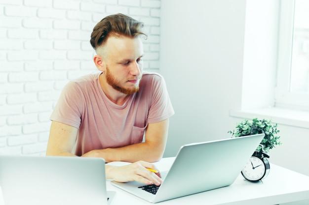 Pessoa de negócios trabalhando em casa Foto Premium