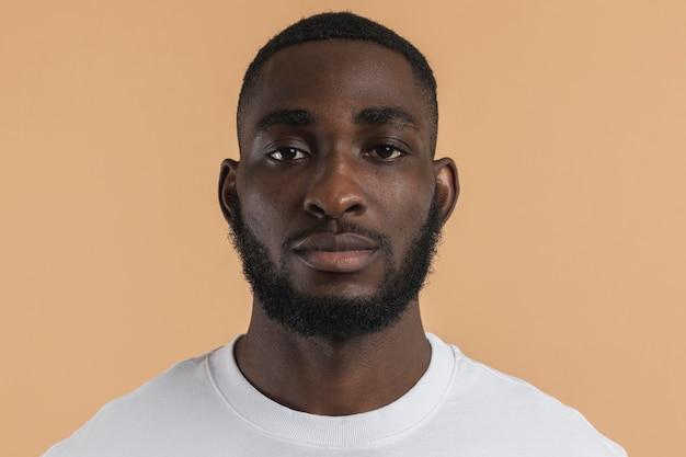Pessoa de visão frontal com cabelo curto Foto Premium