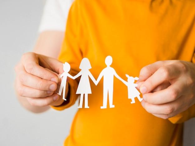 Pessoa de vista frontal segurando papel de família Foto gratuita