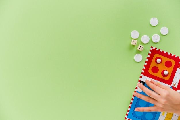Pessoa de vista superior, jogando o jogo de tabuleiro Foto gratuita