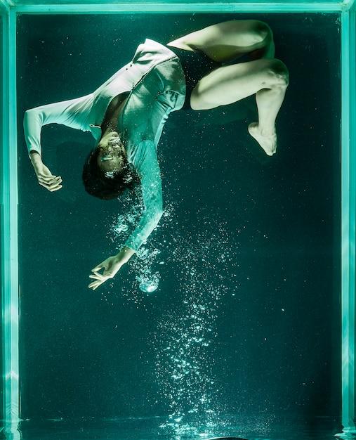 Pessoa dentro de um aquário gigante Foto gratuita