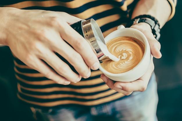 Pessoa derramar açúcar em sua xícara de café Foto gratuita