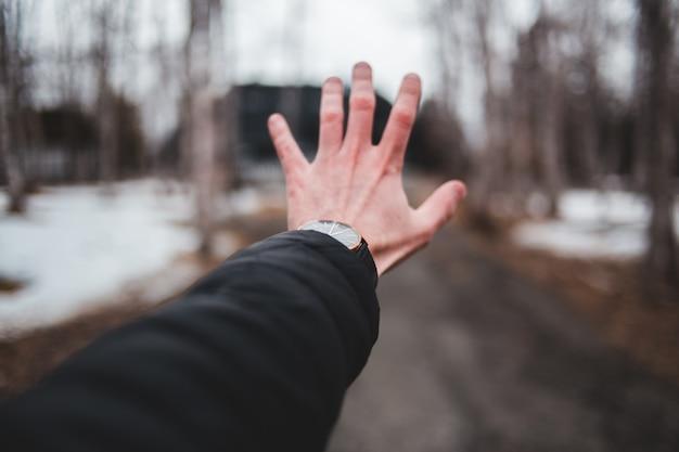 Pessoa, desgastar, relógio, levantar mão Foto gratuita