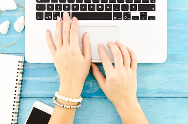 Pessoa digitando no teclado do laptop Foto gratuita