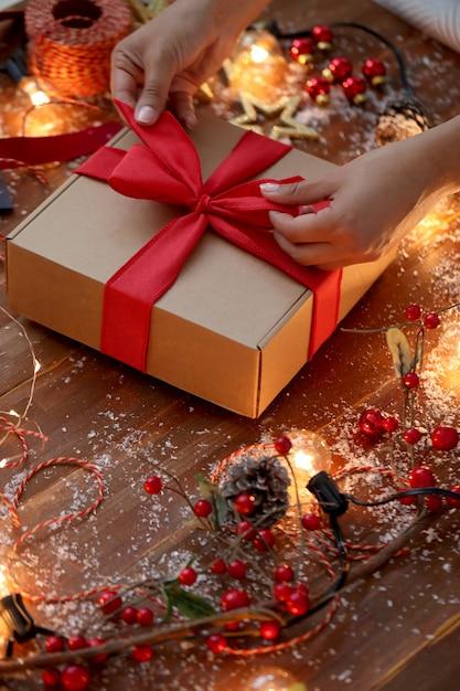 Pessoa embrulhando presente de natal Foto gratuita