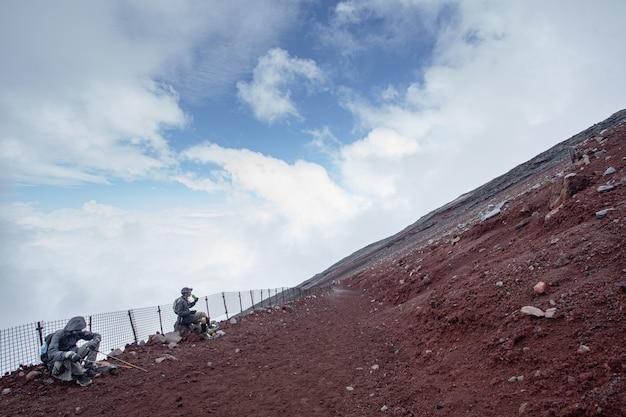 Pessoa escalando a montanha fuji Foto Premium