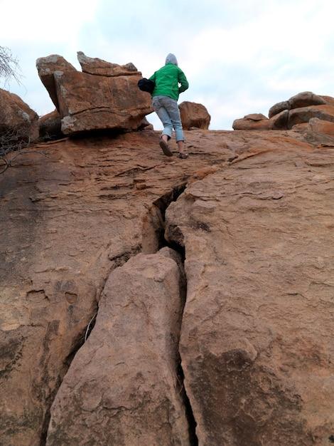 Pessoa, ficar, cima, colina, em, kenya, áfrica Foto Premium