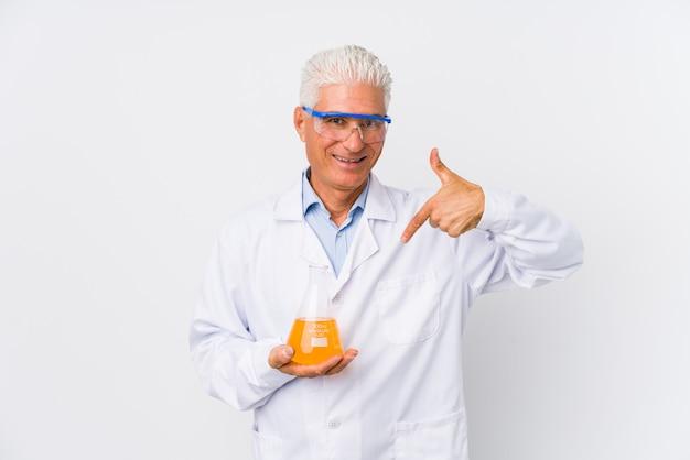 Pessoa isolada de homem químico maduro, apontando à mão para um espaço de cópia de camisa, orgulhoso e confiante Foto Premium