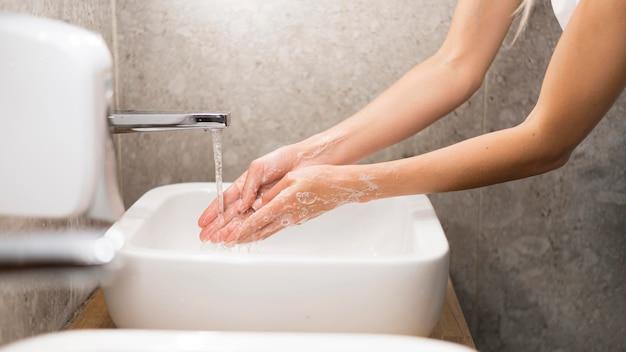 Pessoa lavando as mãos com sabão Foto gratuita