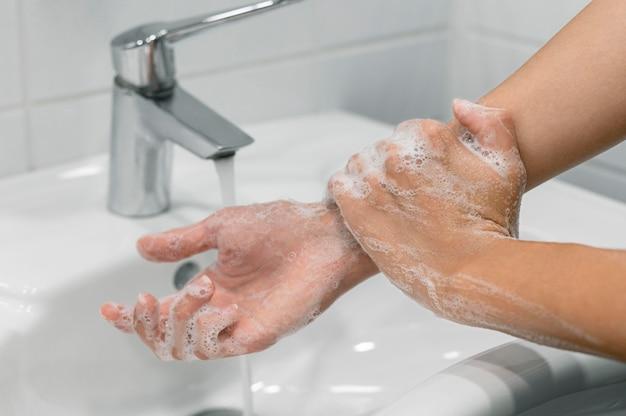Pessoa lavando o pulso com sabonete Foto gratuita
