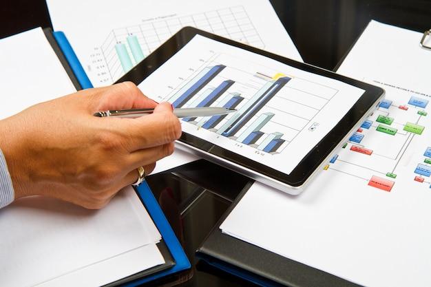 Pessoa negócio, analisando, gráficos Foto Premium