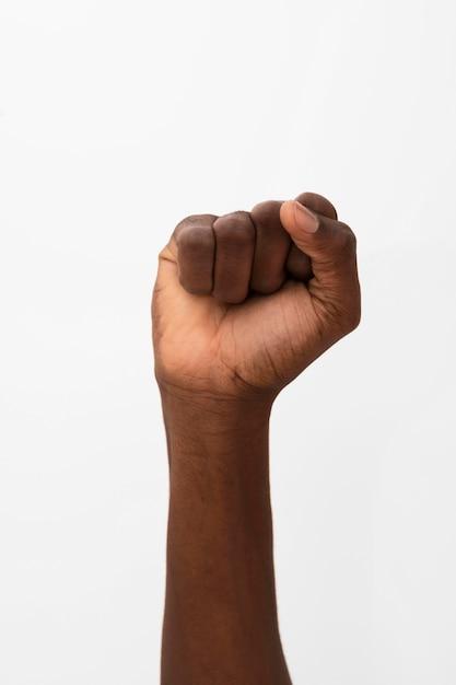 Pessoa negra com o punho levantado Foto gratuita
