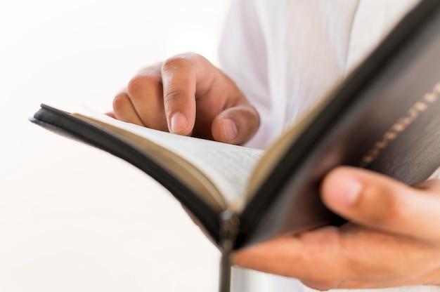 Pessoa que lê do livro sagrado Foto Premium