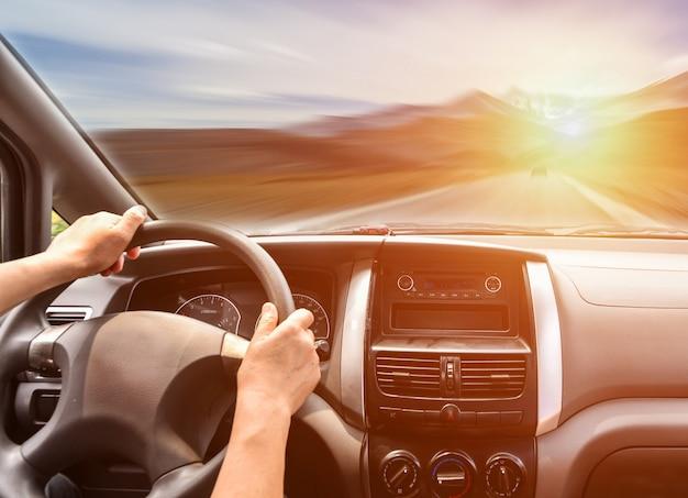 Pessoa que viaja na estrada Foto gratuita