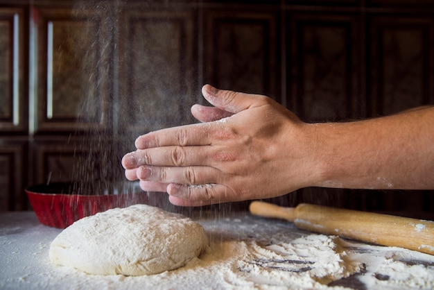 Pessoa, sacudindo, farinha, de, seu, mãos Foto gratuita