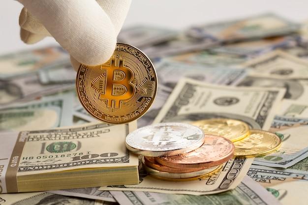 Pessoa segurando bitcoin nos dedos Foto gratuita