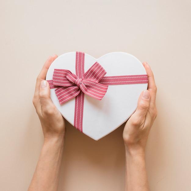 Pessoa, segurando, caixa presente, em, forma coração Foto gratuita